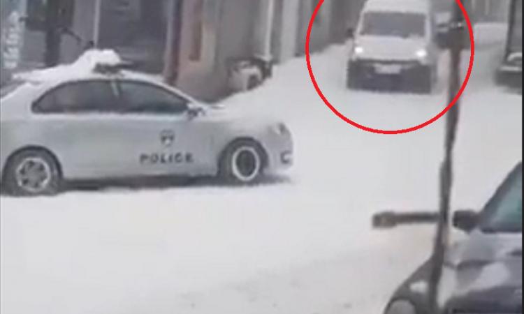 Borë e madhe dhe akull, shikojeni momentin kur veturat godasin automjetin e Policisë së Kosovës