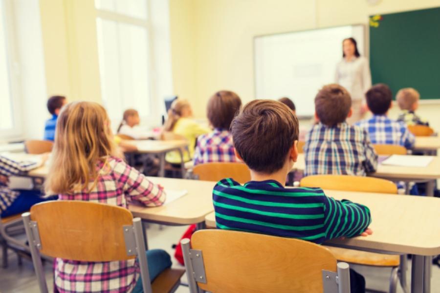 Mësuesja e cila vjedh para nga nxënësit