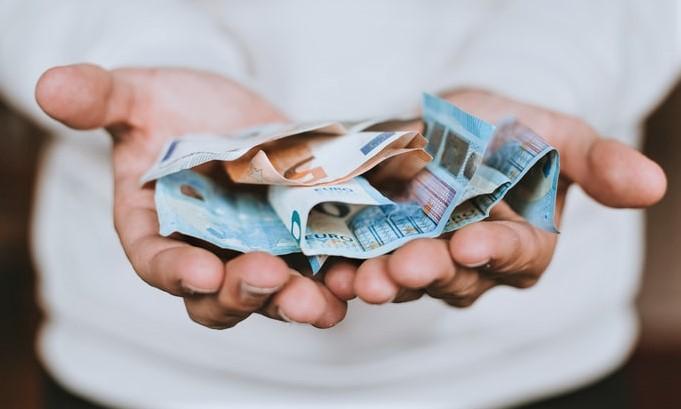Rreth 60 për qind e bizneseve në Kosovë punëtorë i paguajnë me para të gatshme