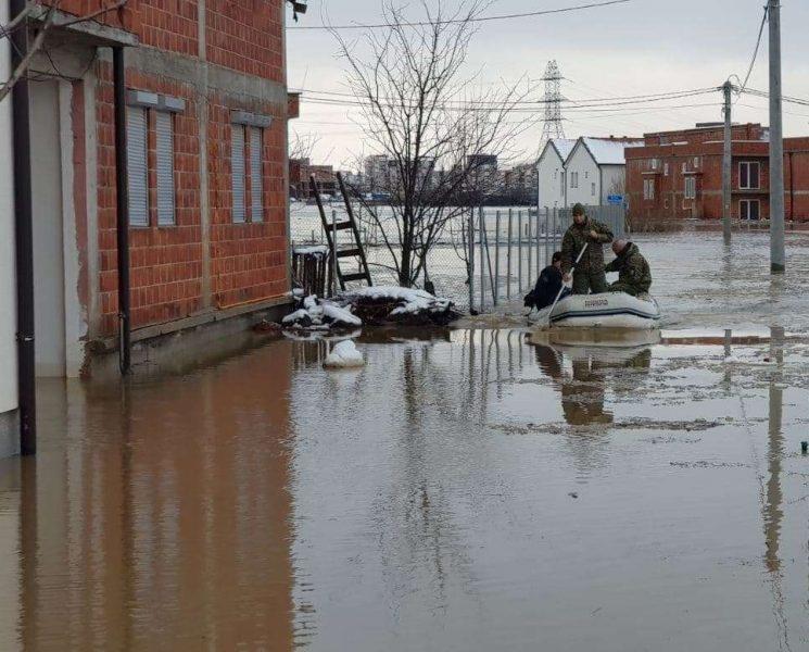 Ministria e Mbrojtjes pas vërshimeve: FSK në gjendje gatishmërie, po ndihmojmë qytetarët