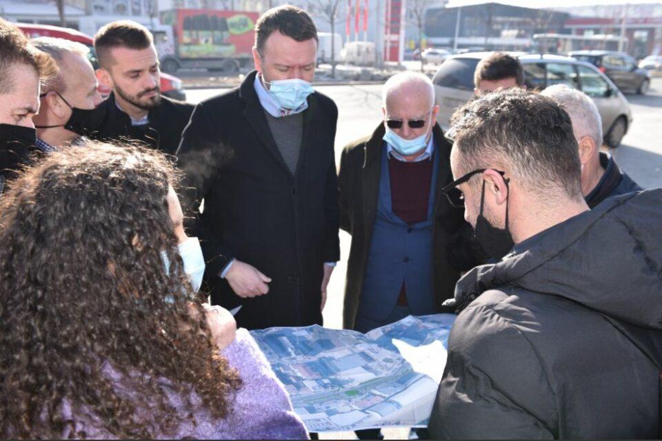 """Abrashi prezanton projektin për shkarkimin nga veturat të lagjes """"Dardania"""" në Fushë-Kosovë"""