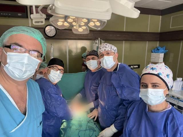Në QKUK kryhet një operacion i komplikuar, pacientit i hiqet tumori