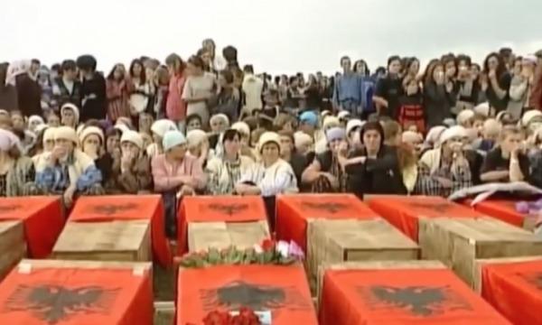 Pamje të rralla nga varrimi i 24 civilëve të vrarë në Likoshan e Çirez
