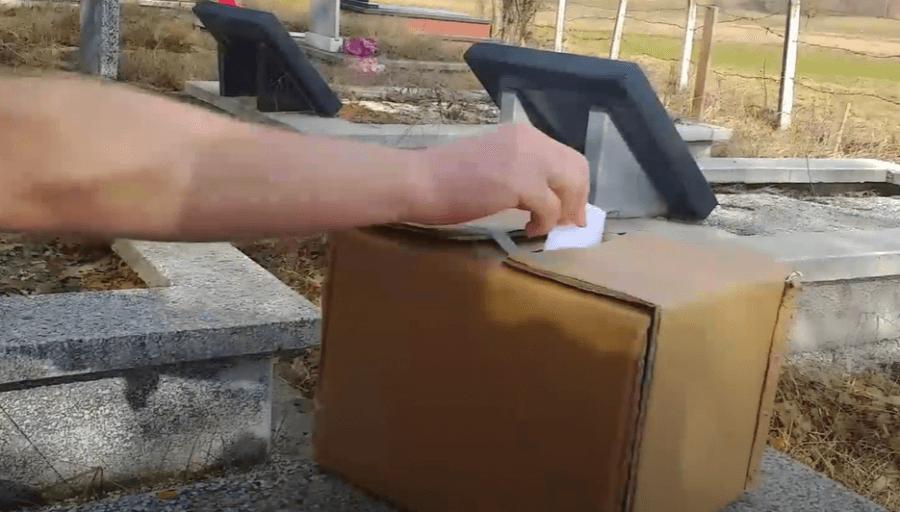 Video qesharake: Zbulohet se si 'votojnë' të vdekurit në Kosovë