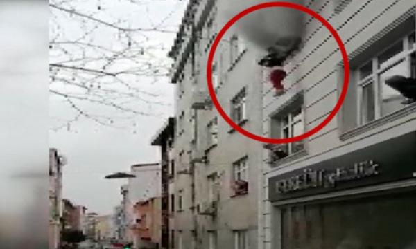 Zjarr në ndërtesë, nëna i hedh 4 fëmijët nga dritarja