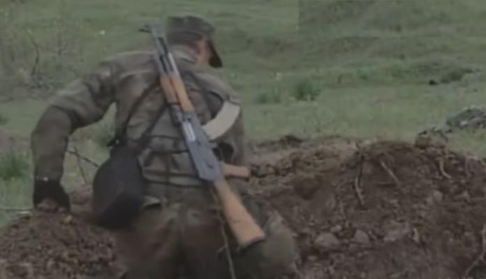 Pamje të rralla: UÇK-ja duke varrosur ushtarët serbë të vrarë në Koshare (VIDEO)